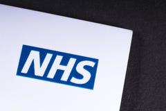 Logo di NHS su un opuscolo fotografie stock libere da diritti