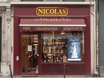 Logo di Nicolas sul loro negozio sul viale di Rue de Rivoli Nicolas è un rivenditore del vino francese stabilito universalmente immagini stock libere da diritti