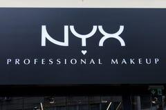 Logo di Nyx Cosmetics su uno dei loro rivenditori Notte è una società americana dei cosmetici specializzata nel trucco fotografia stock libera da diritti
