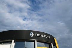 Logo di Renault su una costruzione del commerciante di automobile fotografia stock