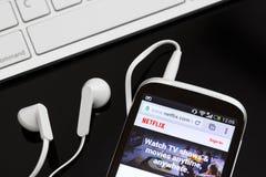 Logo di servizio di Netflix sul telefono Immagine Stock Libera da Diritti