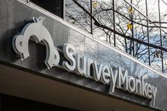 Logo di SurveyMonkey sul loro ufficio principale per Ottawa, Ontario immagine stock