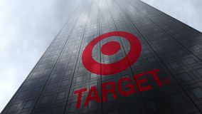 Logo di Target Corporation sulle nuvole di riflessione di una facciata del grattacielo Rappresentazione editoriale 3D fotografia stock libera da diritti