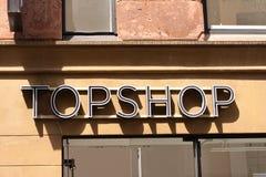 Logo di Topshop sul pannello al deposito Topshop è un rivenditore britannico di modo con più di 500 negozi universalmente fotografia stock libera da diritti