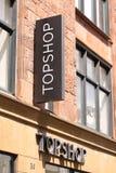 Logo di Topshop sul pannello al deposito Topshop è un rivenditore britannico di modo con più di 500 negozi universalmente immagine stock libera da diritti