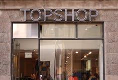 Logo di Topshop sul pannello al deposito Topshop è un rivenditore britannico di modo con più di 500 negozi universalmente immagini stock