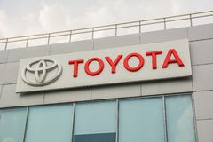Logo di Toyota vicino ad una costruzione del commerciante di automobile Fotografie Stock