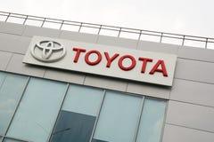 Logo di Toyota vicino ad una costruzione del commerciante di automobile Immagine Stock