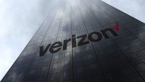 Logo di Verizon Communications sulle nuvole di riflessione di una facciata del grattacielo Rappresentazione editoriale 3D Fotografia Stock