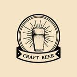 Logo di vetro di birra di Kraft Vecchia icona della fabbrica di birra Segno della tazza della lager retro La mano ha schizzato l' Fotografia Stock Libera da Diritti