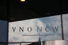 Logo di VNO NCW e di MKB Nederland sulle finestre dell'ufficio del malietower in Den Haag i Paesi Bassi fotografie stock libere da diritti