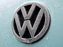 Logo di Volkswagen coperto di gelo - Varsavia, Polonia, 04 02 2015 Fotografia Stock Libera da Diritti