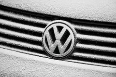 Logo di Volkswagen coperto di neve immagine stock