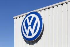 Logo di Volkswagen su una facciata Fotografia Stock Libera da Diritti
