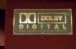 Logo dolby de Digital en dehors d'une salle de cinéma photographie stock libre de droits