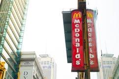 Logo du ` s de Mcdonald dans la verticale avec sa réflexion sur le bâtiment de vitrail images libres de droits