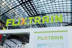 Logo e segno di Flixtrain in Berlin Central Station Hauptbahnhof fotografia stock