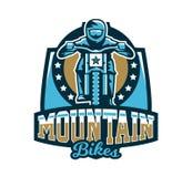 Logo, emblema del cavaliere che guida un mountain bike In discesa, freeride, sport estremo Illustrazione di vettore illustrazione vettoriale