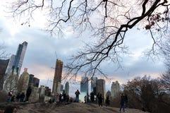 Logo Essex House på byggnad i Central Park New York City med gruppen av turisten Arkivbilder