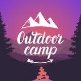 Logo extérieur de camp Emblème extérieur de camp Typographie de lettrage de conception sur le fond de paysage de montagne Images stock