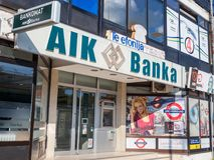 Logo för AIK Banka på deras lokala kontor i Indjija Den Aik banken är en reklamfilm- och detaljhandelbank royaltyfri foto
