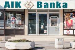 Logo för AIK Banka på deras lokala kontor i Indjija Den Aik banken är en reklamfilm- och detaljhandelbank royaltyfri fotografi