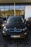 Logo för BMW i3 bilföretag framme av återförsäljarebyggnad på mars 31, 2017 i Prague, Tjeckien Royaltyfria Foton