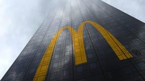Logo för McDonald ` s på reflekterande moln för en skyskrapafasad Redaktörs- 3D ` för tolkning, Royaltyfri Foto
