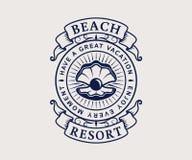 Logo för strandsemesterort med skalet vektor illustrationer