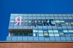 Logo firma Yandex na budynku biurowym w Moskwa Fotografia Stock
