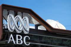 Logo i wordmark Australijski korporacja radiowo-telewizyjna na budynku w Melbourne fotografia royalty free