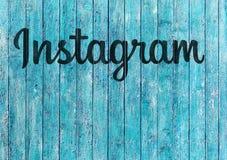 Logo Instagram su fondo di legno blu fotografie stock