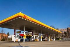 Logo international de compagnie de pétrole et de gaz de Royal Dutch Shell sur la station de carburant image libre de droits