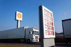Logo international de compagnie de pétrole et de gaz de Royal Dutch Shell sur la station de carburant Images stock