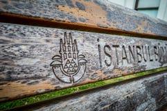 Logo Istanbul em cadeiras de madeira fotos de stock
