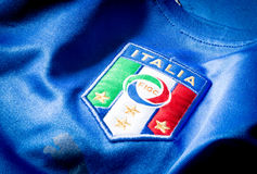 Logo italien du football sur un débardeur officiel Photographie stock libre de droits