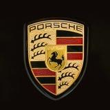 Logo Logotype Sign Of Porsche cercano en fondo negro foto de archivo