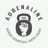 Logo misto d'annata, distintivo o emblema di arti marziali royalty illustrazione gratis