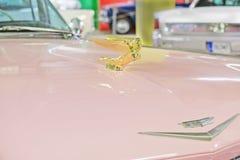 logo na kapiszonie rocznik Cadillac przy wystawą mięśni samochody Fotografia Stock
