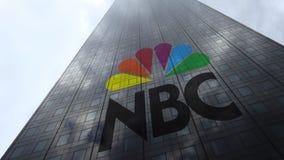 Logo national de NBC de société de radiodiffusion sur les nuages se reflétants d'une façade de gratte-ciel, laps de temps Rendu 3 clips vidéos