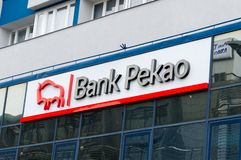 Logo och tecken av banken Pekao i Gdansk Arkivbild
