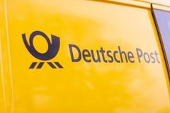 Logo od Deutsche Post i DHL na żółty postcar zdjęcie royalty free