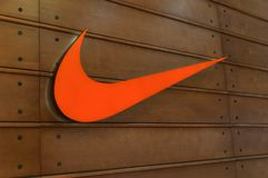 Logo orange de Nike sur le fond en bois c image stock