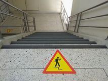 Logo ostrożni chodzący up/down schodki zdjęcia stock