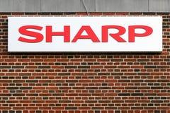 Logo pointu sur une façade Photos stock