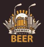 Logo pour un bar ou une brasserie avec la tasse en bois Image stock