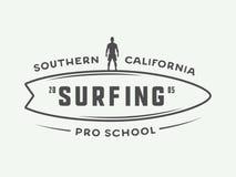 Logo praticante il surfing d'annata, emblema, distintivo, etichetta, segno illustrazione di stock