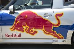 Logo Red Bull på den röda tjurbilen Royaltyfria Foton