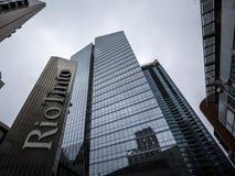 Logo Rio Tinto na ich głównym biurze dla Montreal, Quebec Rio Tinto jest Przemysłowym grupą specjalizującym się w kopalnictwie zdjęcia royalty free