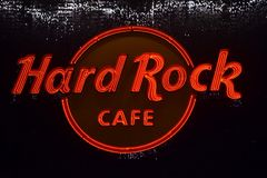 Logo rougeoyant de Hard Rock Cafe dans Citywalk universel, Orlando, la Floride photos libres de droits